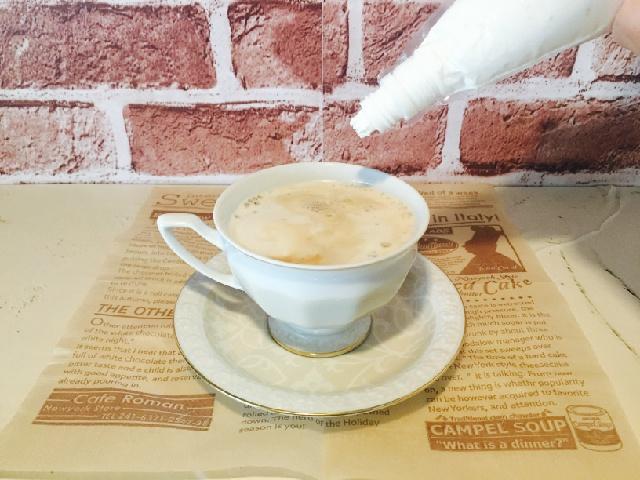 クッキー&アイスクリームコーヒー_仕上げにホイップクリーム