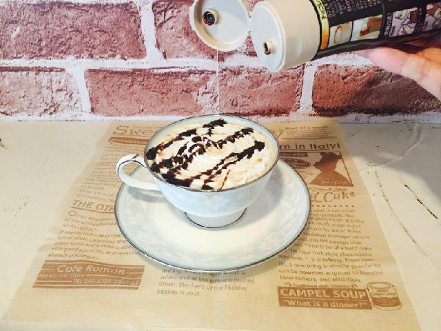 チョコバナナホイップコーヒー_仕上げにチョコソース