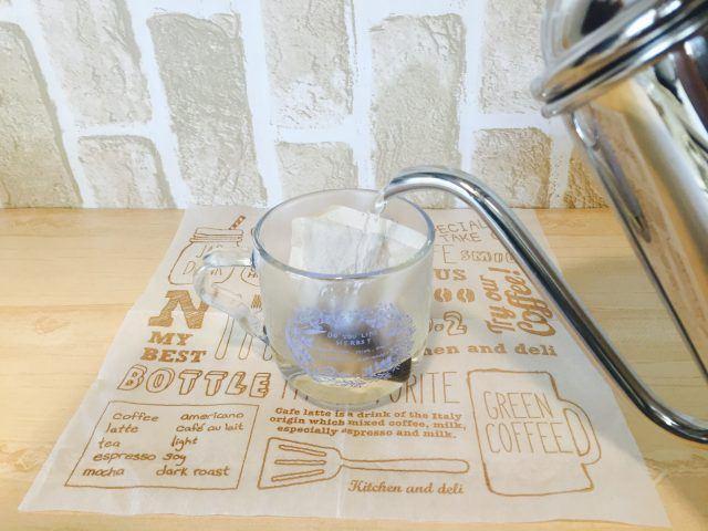 ノンカフェイン玄米コーヒー_湯を注ぐ