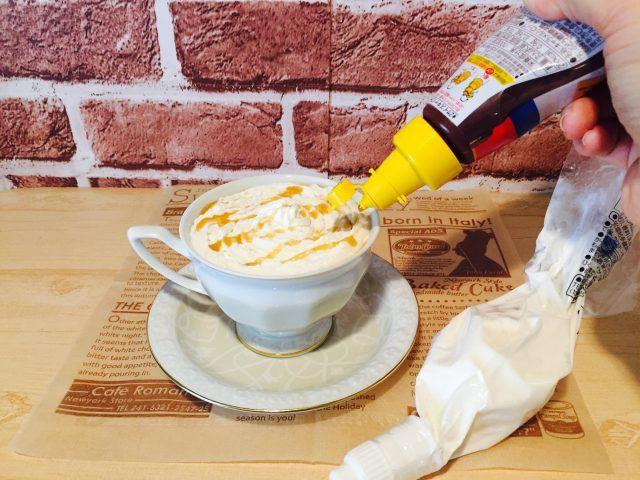 ホイップクリームとキャラメルシロップをのせる