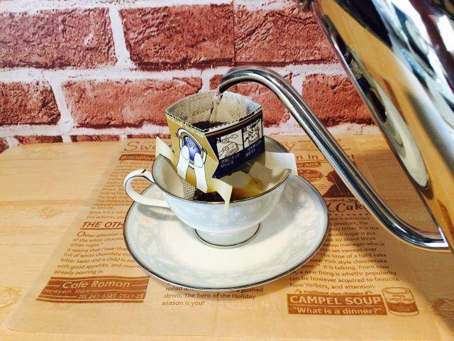 練乳黒糖ミルクコーヒー_注湯する