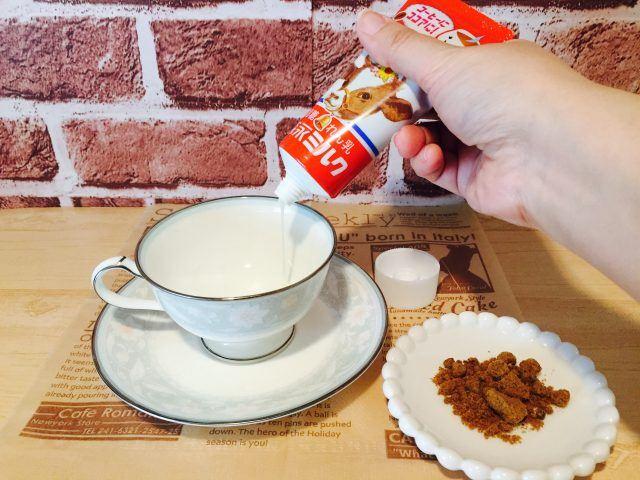 練乳黒糖ミルクコーヒー_練乳と黒糖を入れる