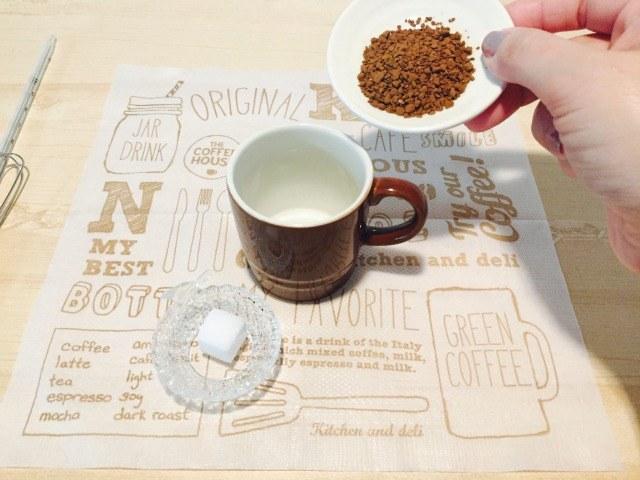 コーヒーと砂糖を入れる