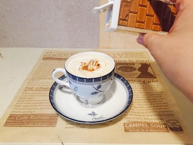 カフェインレスアップルコーヒー_シナモンをかける