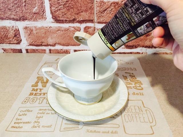 チョコレートウィンナーコーヒー_チョコレートソースを入れる