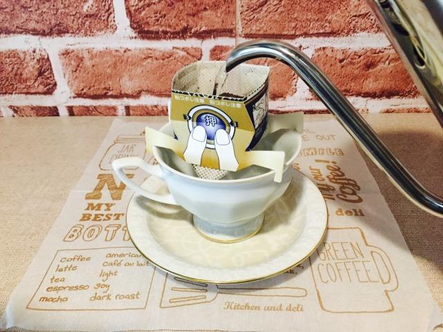 チョコレートウィンナーコーヒー_ドリップバッグに注湯する