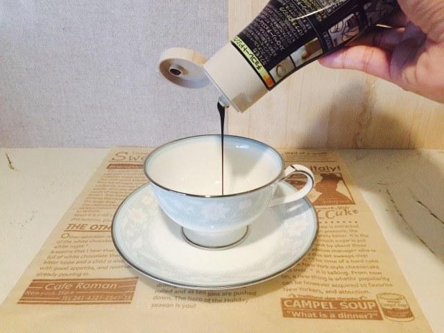 フォームドミルクチョコレートコーヒー_カップにチョコソースを入れる