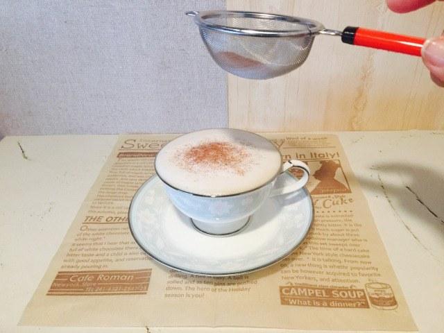 フォームドミルクチョコレートコーヒー_チョコレートパウダーをかける