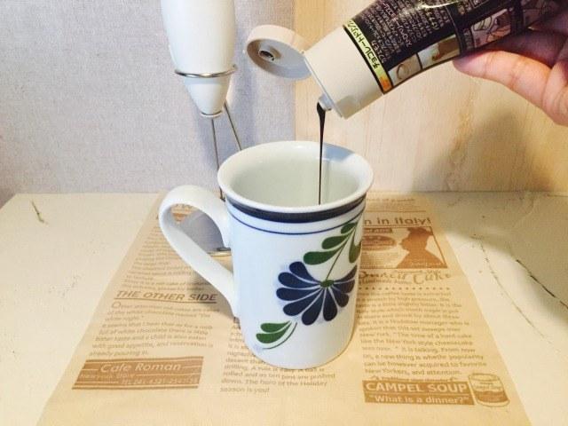 フォームドミルクチョコレートコーヒー_牛乳にチョコレートソースを入れる