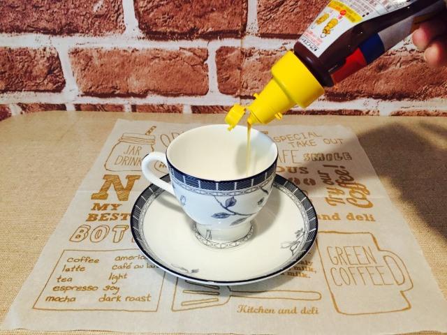 カフェインレスキャラメルコーヒー_キャラメルソースを入れる