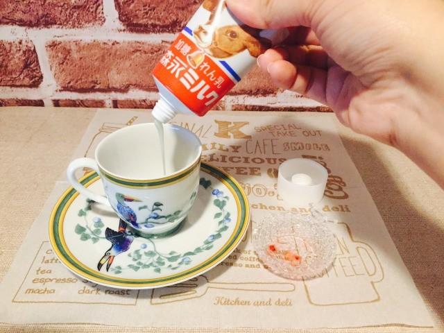 カフェインレス練乳コーヒー_練乳とイチゴソースを入れる