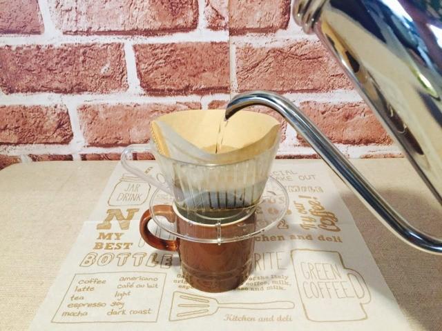 カフェインレス黒糖きな粉コーヒー_コーヒーをドリップする