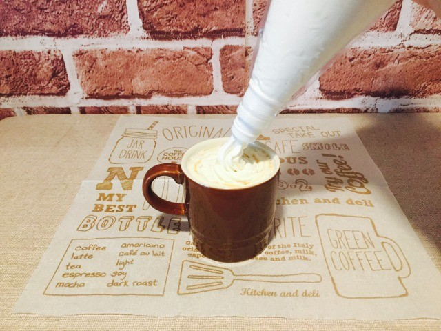 カフェインレス黒糖きな粉コーヒー_仕上げにホイップクリームときな粉をかける