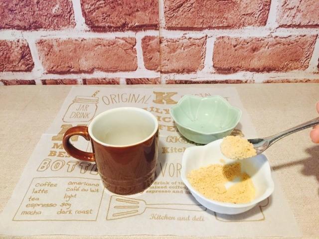 カフェインレス黒糖きな粉コーヒー_黒糖ときな粉を入れる
