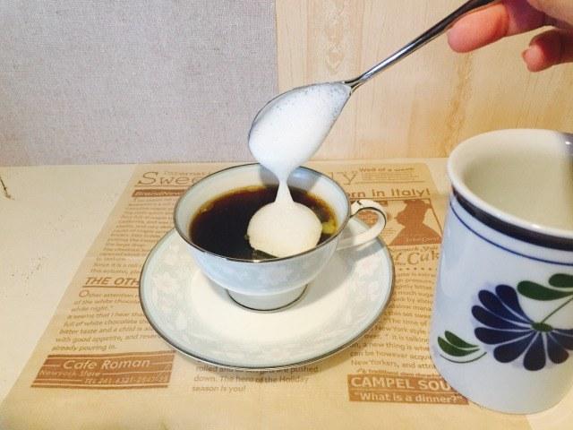 バニラ風味のフォームドミルクを入れる