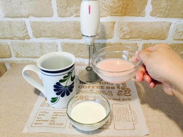容器にいちごミルクと牛乳を入れる