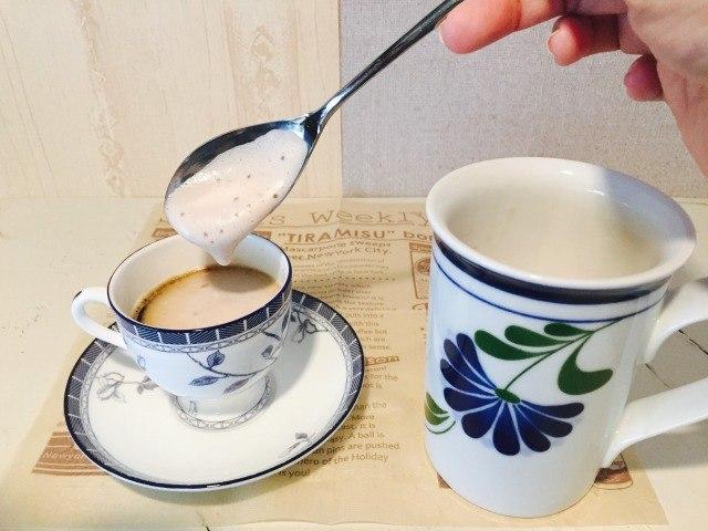 フォームドココアをコーヒーにのせる