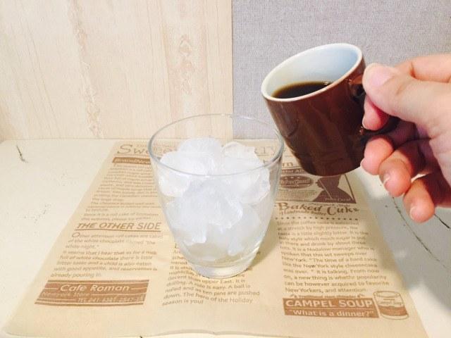 グラスにコーヒーを入れる