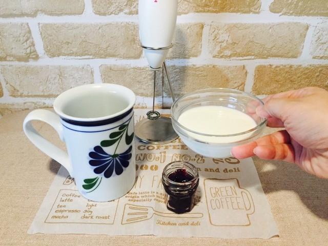 フォームドブルーベリーミルクコーヒー_深めの容器にジャムとミルクを入れる