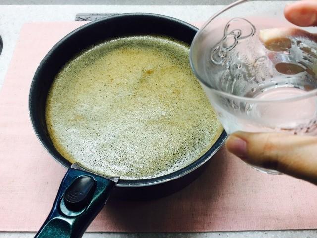 火からおろし冷水を加える