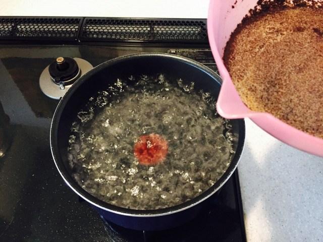 たまごコーヒー_熱湯に混ぜた材料をを入れる