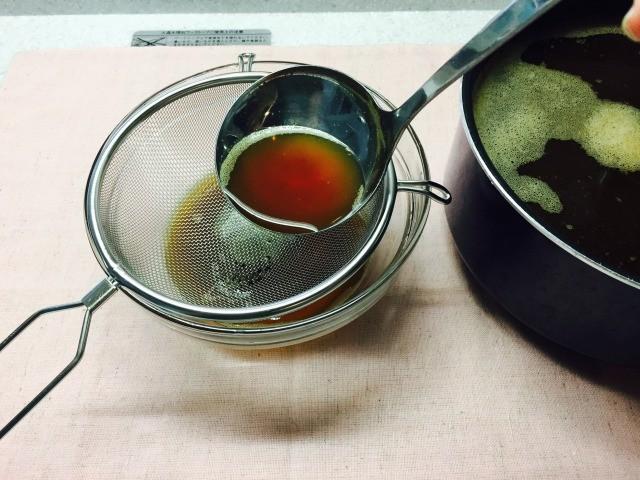 たまごコーヒー_茶濾しやざるで濾す