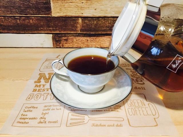 玄米茶を入れる