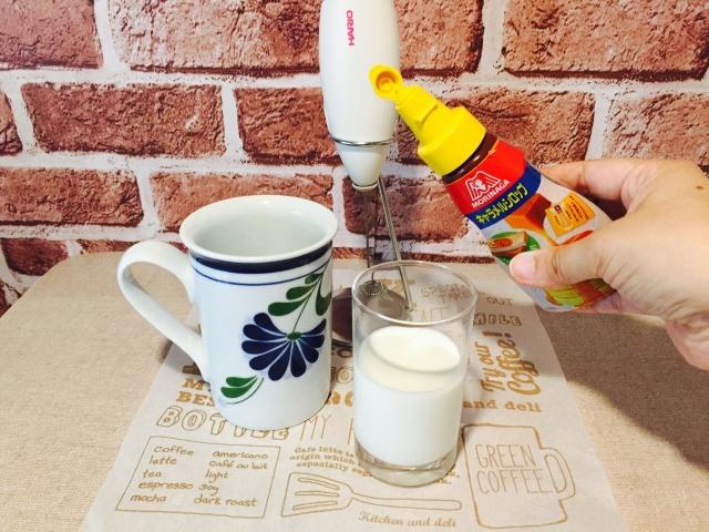 容器にキャラメルソースと牛乳を入れる