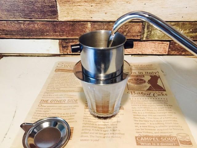 ベトナムエッグコーヒー_湯を注ぎ蒸らす