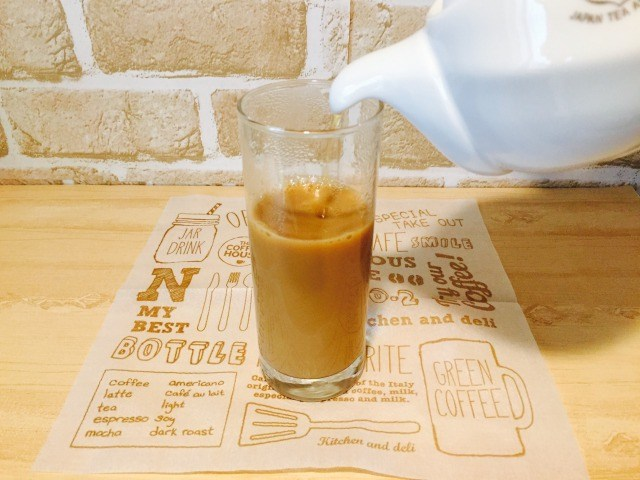 コーヒー入りのグラスに紅茶を入れる