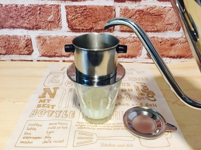 アイスミルクコーヒー_フィルターをセットし湯を注ぎ蒸らす