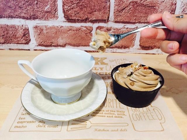 カフェインレスマロンコーヒー_カップにマロンペーストを入れる