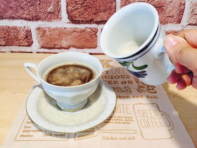 カフェインレスマロンコーヒー_マロンミルクを入れる