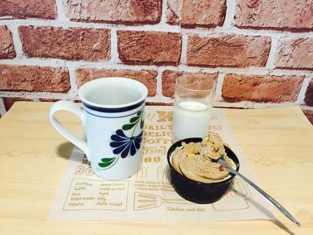 カフェインレスマロンコーヒー_別カップにマロンペーストとミルクを入れる