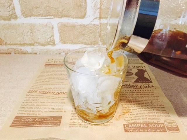 氷入りグラスに生姜コーヒーをいれる