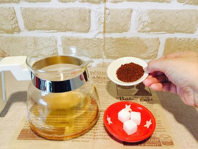 麦茶に砂糖とコーヒーを入れる
