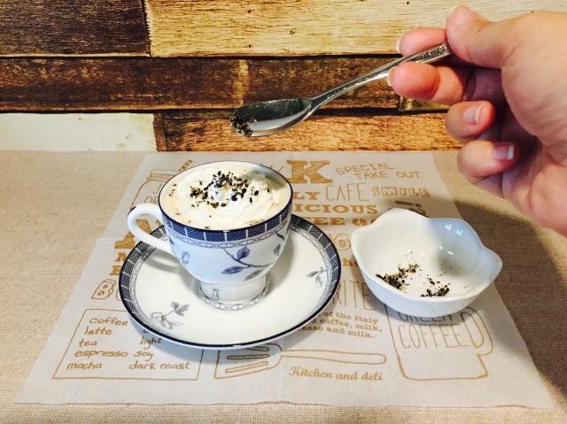 カフェインレス黒ごまコーヒー_仕上げに黒ごまをトッピングする