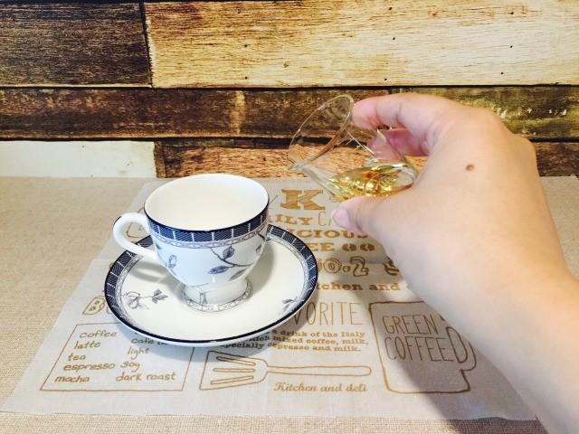 カフェインレス黒豆コーヒー_カップにシロップを入れる
