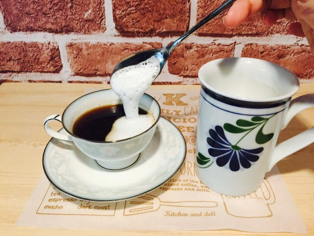 フォームドミルクをコーヒーにのせる