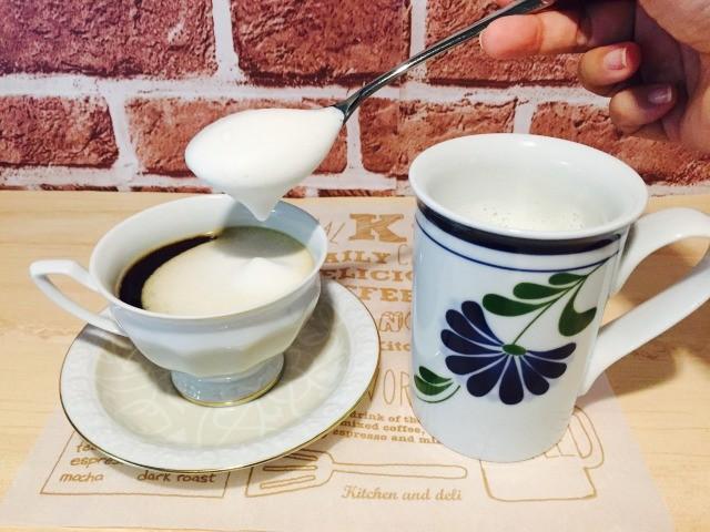フォームドカルーアミルクコーヒー_フォームドミルクをのせる