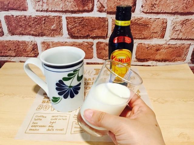 フォームドカルーアミルクコーヒー_ミルクとカルーアを深めの容器に入れる