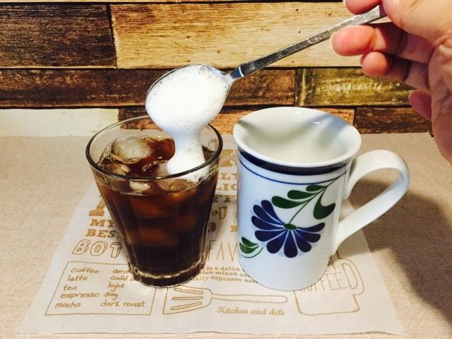 フォームドココナッツミルクコーヒー_フォームドココナッツを加える