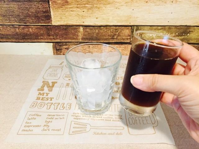 氷入りグラスにアイスコーヒーを入れる