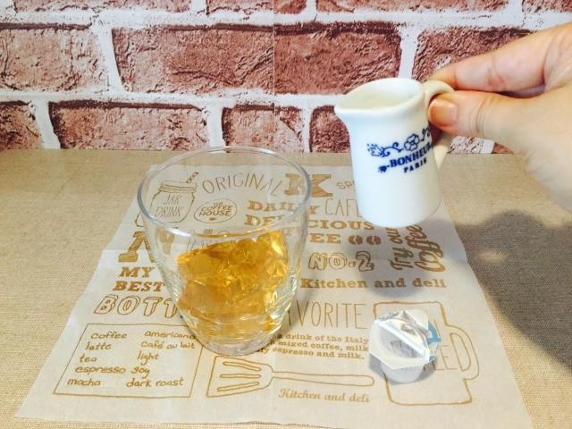 カフェインレスどくだみコーヒー_ゼリーに牛乳を入れる