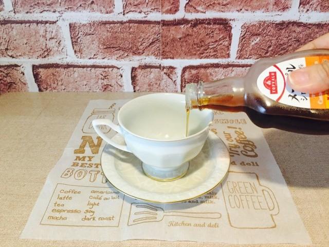 カフェインレスメープルコーヒー_カップにメープルを入れる