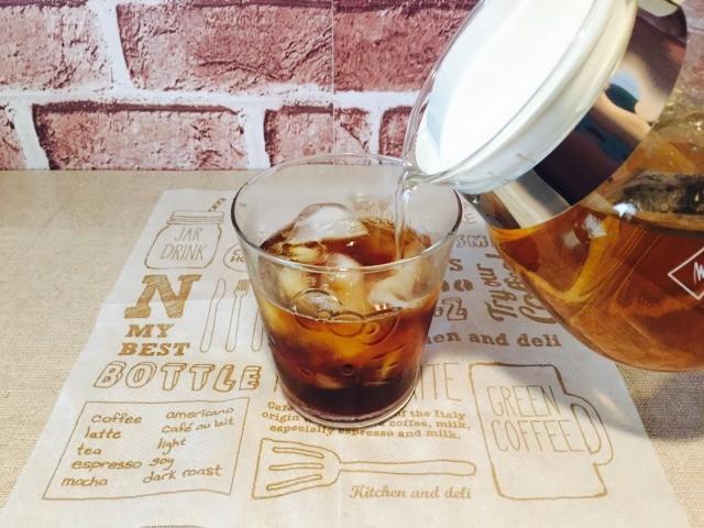 コーヒーに杜仲茶をいれる