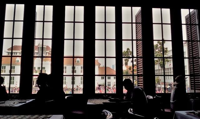 カフェ Batavia 窓席 1