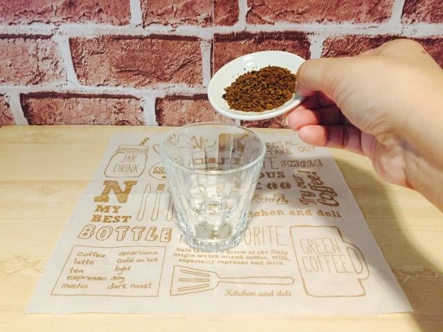 スペイン グラスにインスタントコーヒーを入れる