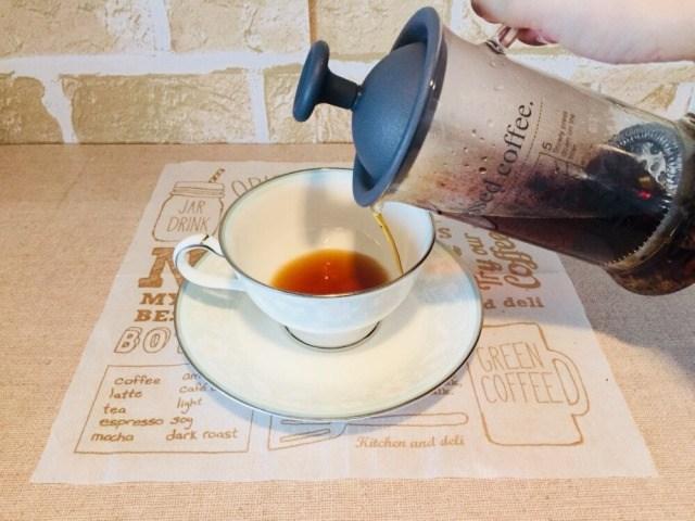 ノンカフェインさつまいもコーヒー_コーヒーを注ぐ