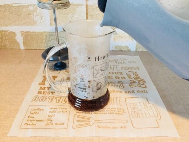 ノンカフェインさつまいもコーヒー_湯を注ぐ